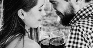 Žena a muž konzumujú alkoholický nápoj / Neplodnost.sk