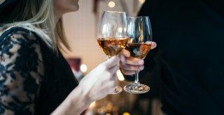 Neplodnosť – Žena a muž pijú alkoholický nápoj / Neplodnost.sk